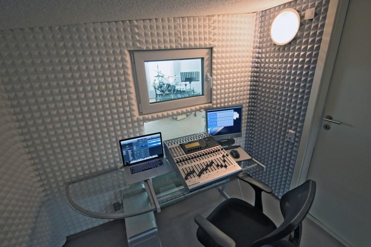 Regieraum mit Blick auf Studio 2
