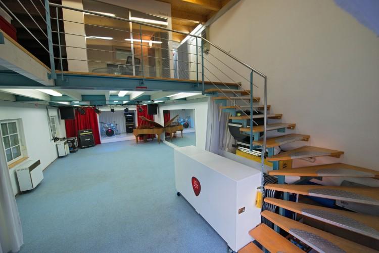 Aufgang zum Studio 2 inkl. Blick auf unseren Veranstaltungsaal und Bühne