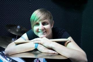 Strahlende Michaela über ihrem Schlagzeug in der Musikschule Visions of Music